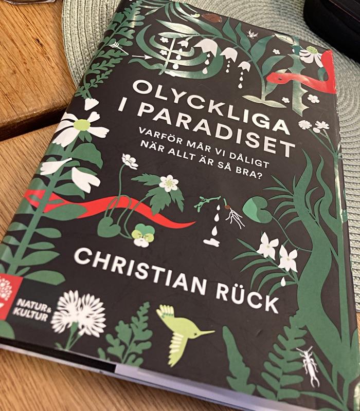 """Recension – """"Olyckliga i paradiset: varför mår vi så dåligt när vi har det så bra?"""" av Christian Rück"""